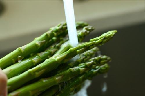 washing asparagus