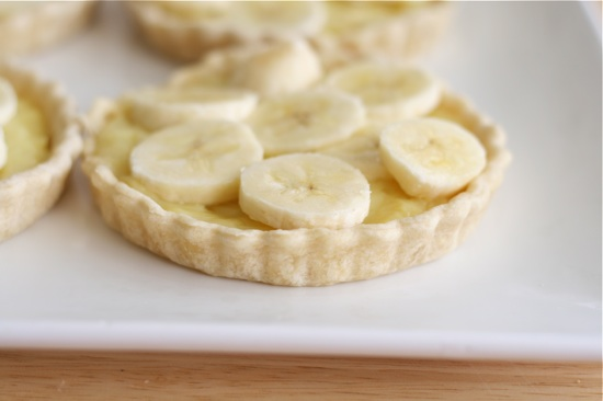 sliced bananas on pie