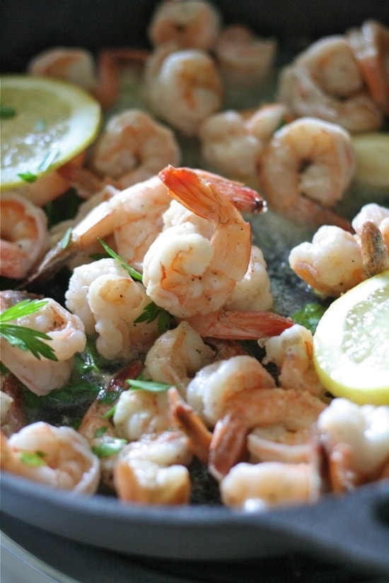 Cooked shrimp with lemon slices