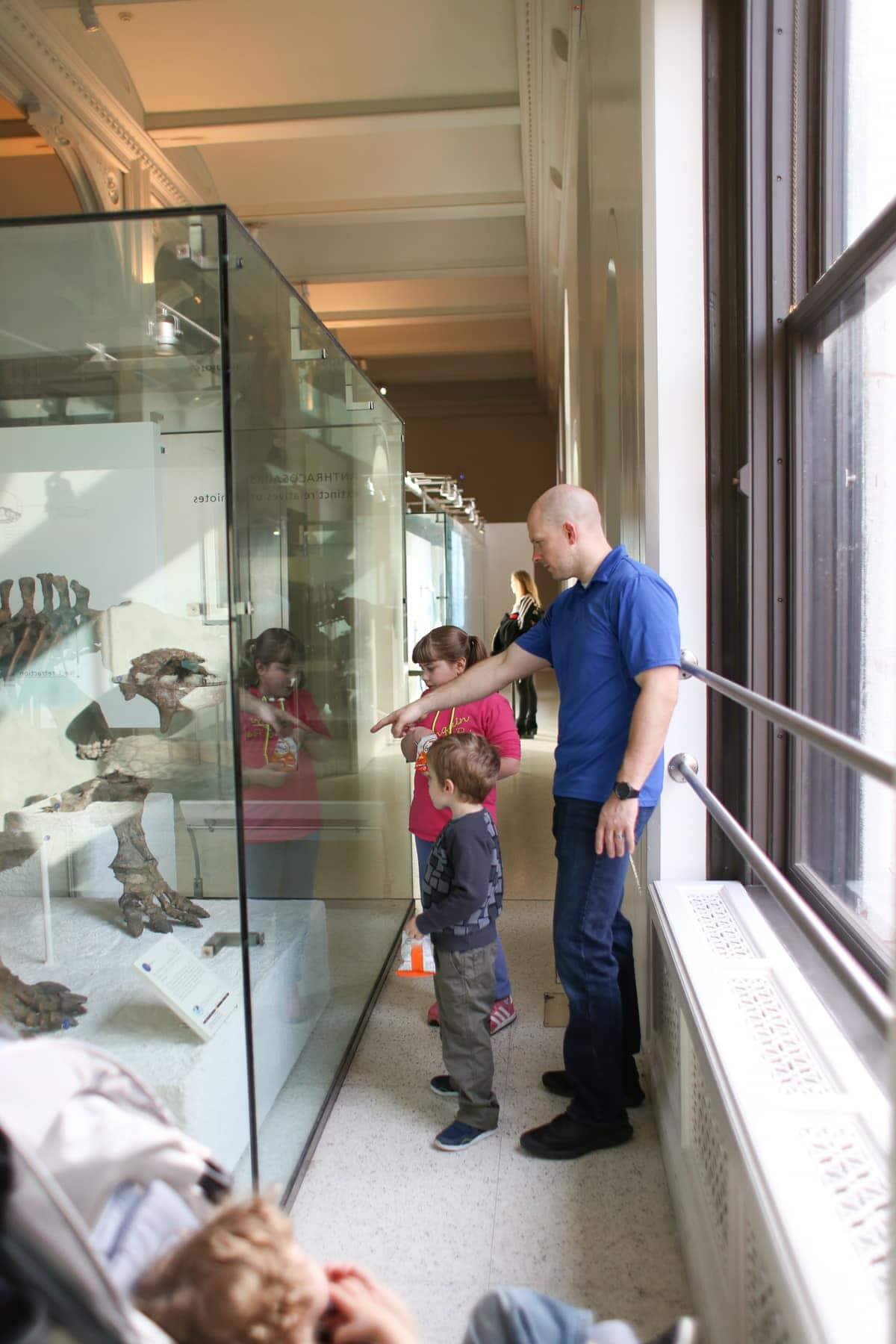 Gordon and the kids looking at a dinosaur skeleton
