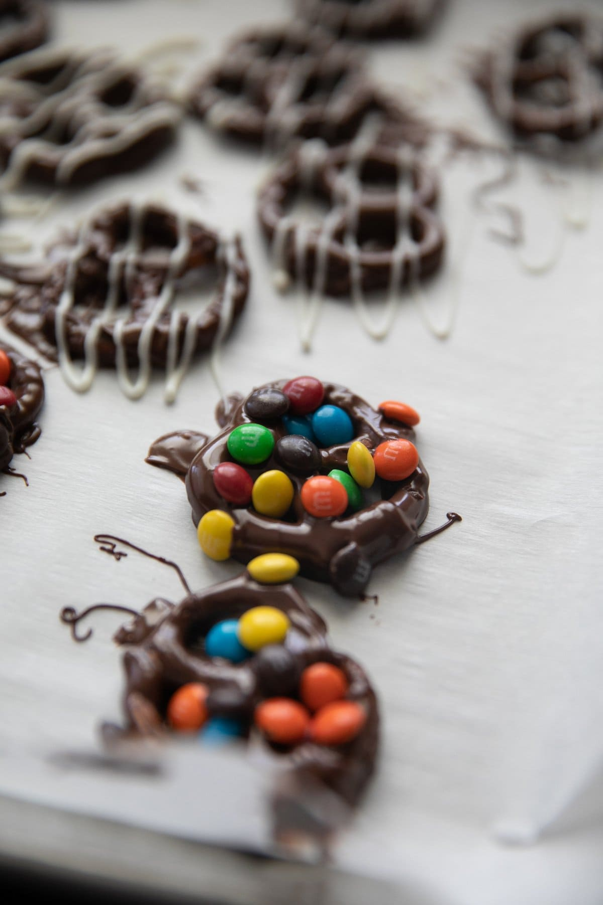 covering chocolate covered pretzels with M&M's